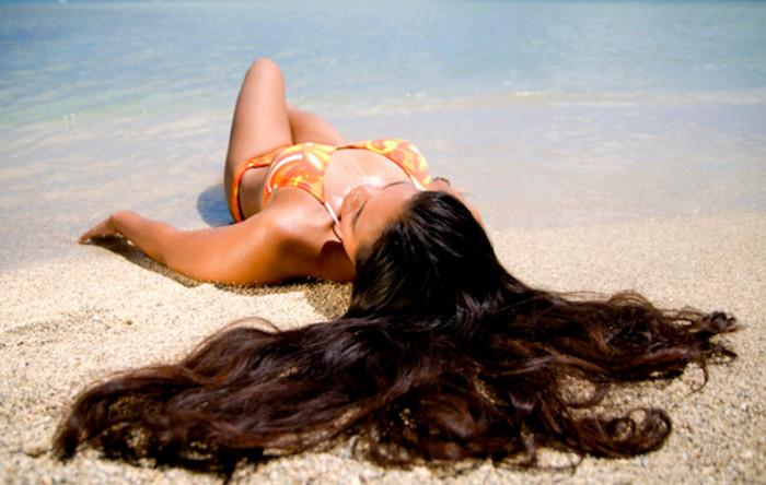 девушка с распущенными волосами на пляже