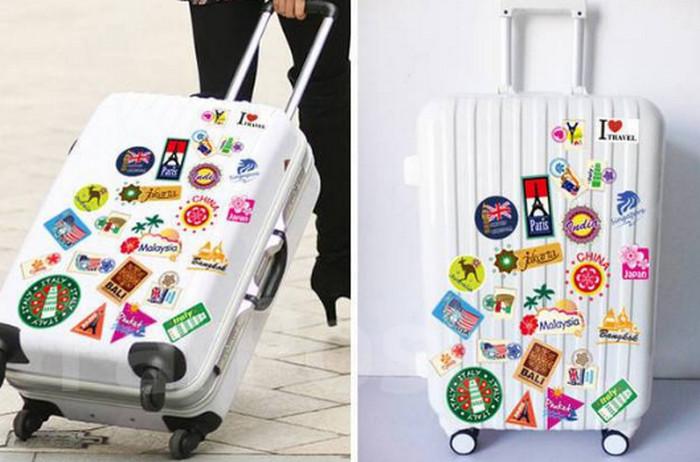 чемодан в наклейках