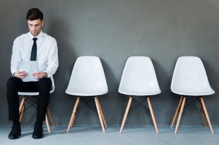 мужчина сидит на стуле