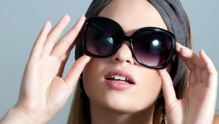 солнцезащитные очки на лице
