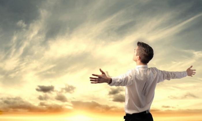 мужчина смотрит в небо