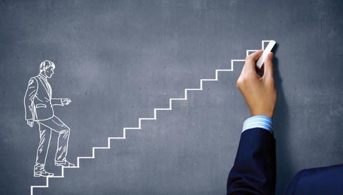 мужчина идет по лестнице