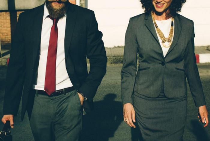 мужчина и женщина в строгих костюмах