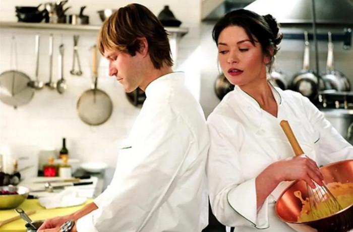 мужчина и женщина готовят еду