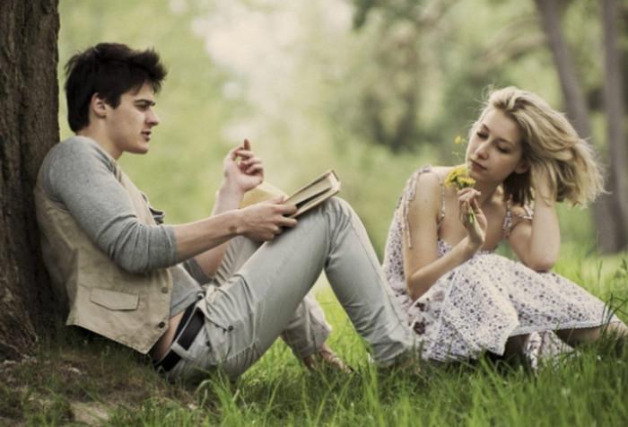парень читает книгу девушке