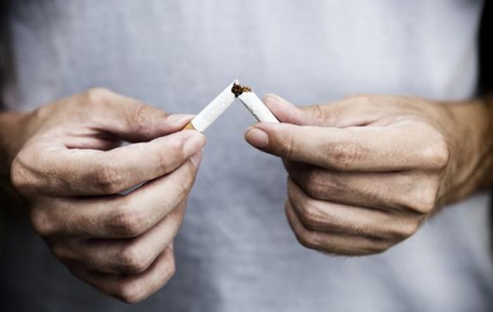мужчина разламывает сигарету