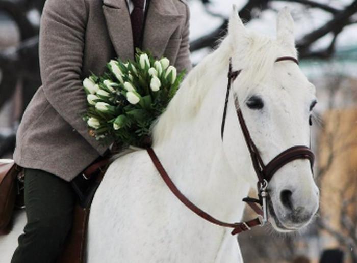 парень на белом коне
