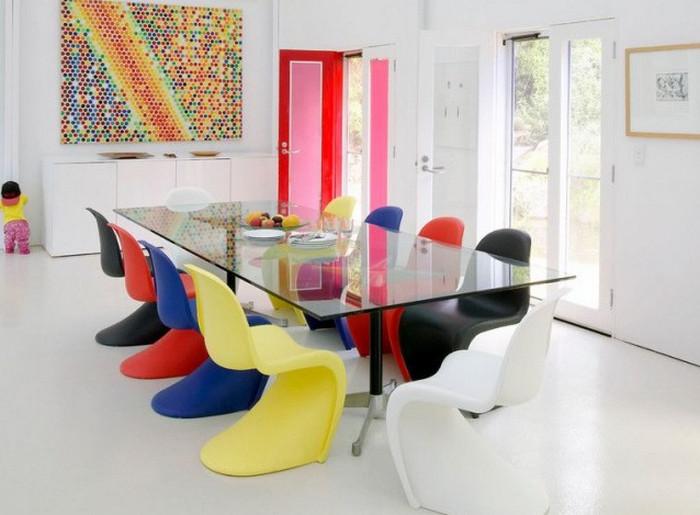 пластиковые разноцветные стулья