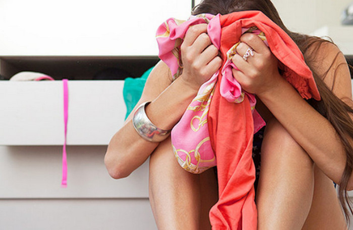 девушка держит вещи в руке