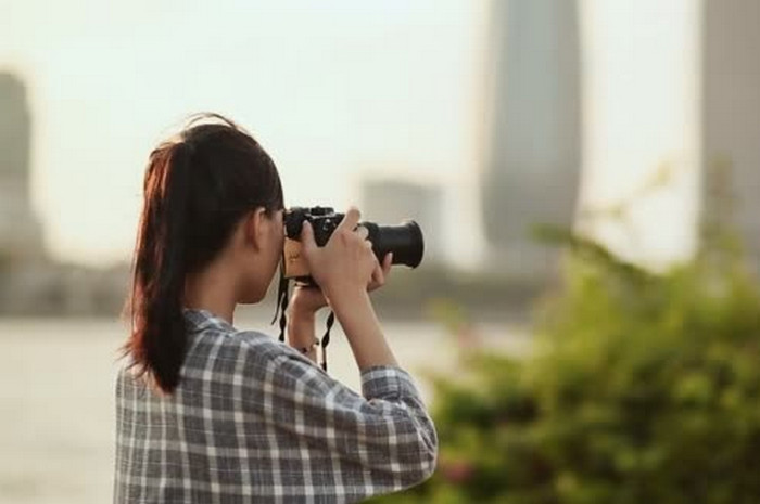 девушка фотографирует панорму