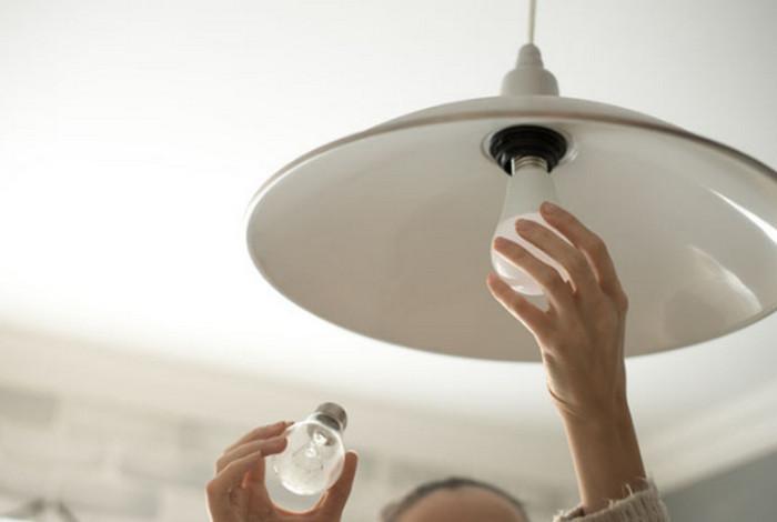 менять лампочку