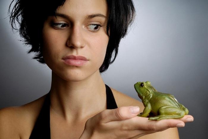 девушка смотрит на лягушку