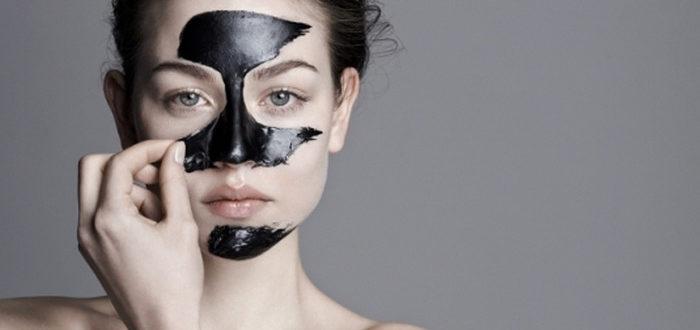 маска с углем и желатином на лице