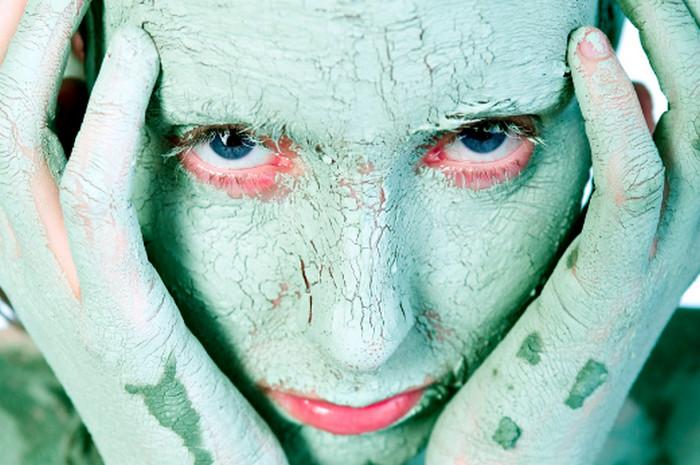 глина на лице