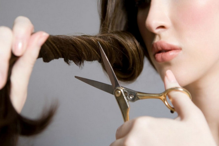 обрезает волосы