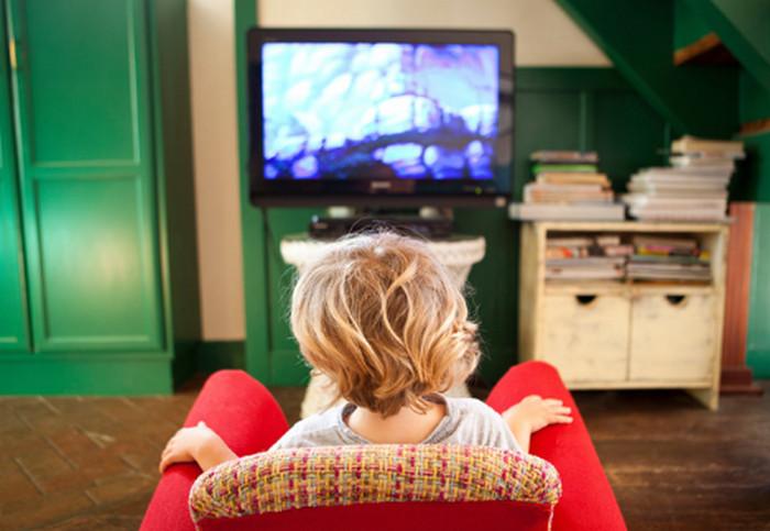 женщина смотрит телевизор