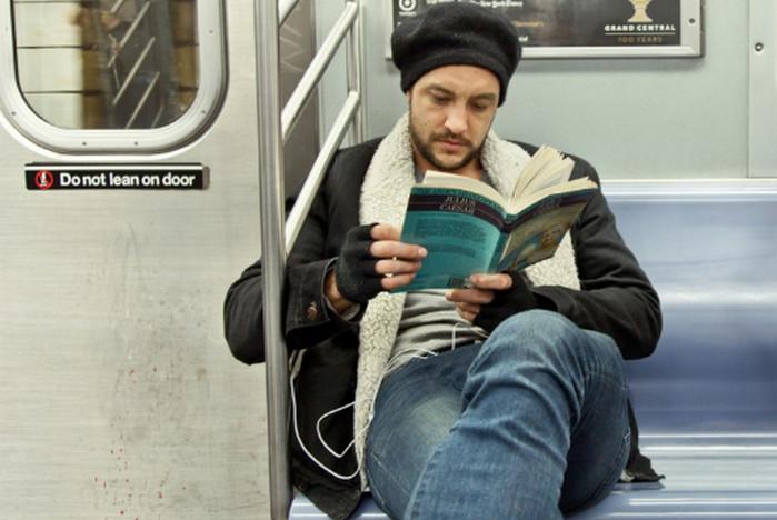 парень читает в метро