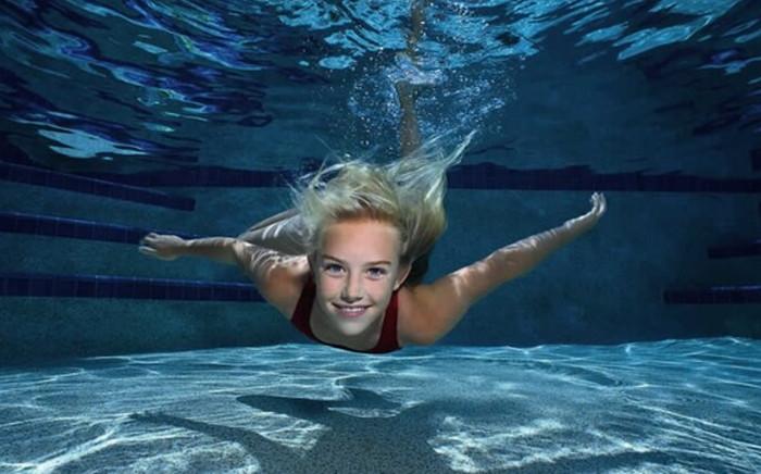 плывет в бассейне