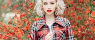 девушка в ярком пальто