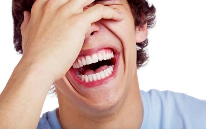 парень смеется