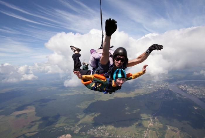 прыгают с парашютом