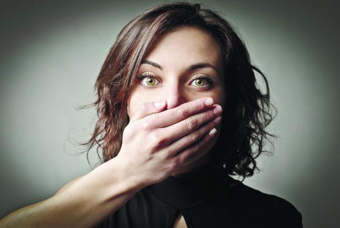женщина закрывает себе рот