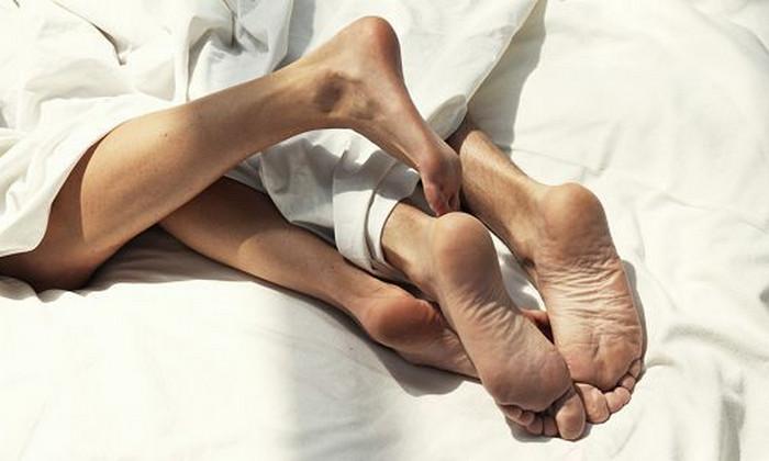 парень и девушка лежат в постели