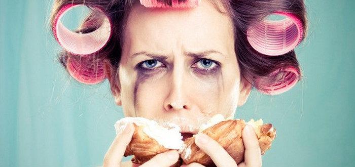 женщина плачет и ест