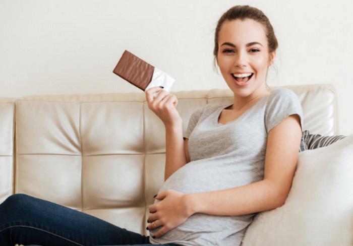 беременная ест шоколадку