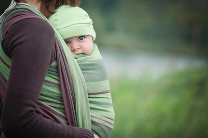 ребенок в слинге