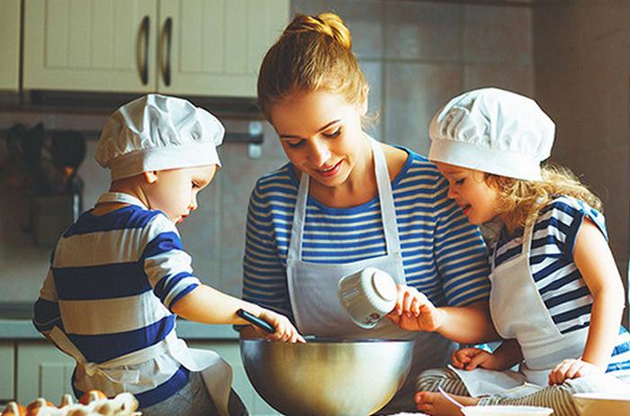 дети помогают маме готовить еду
