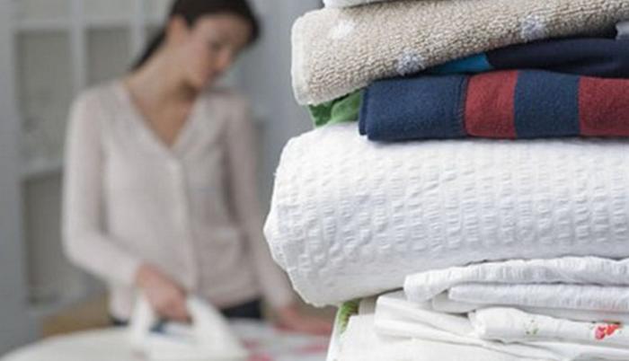 женщина гладит белье