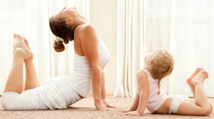 мама и дочка занимаются йогой