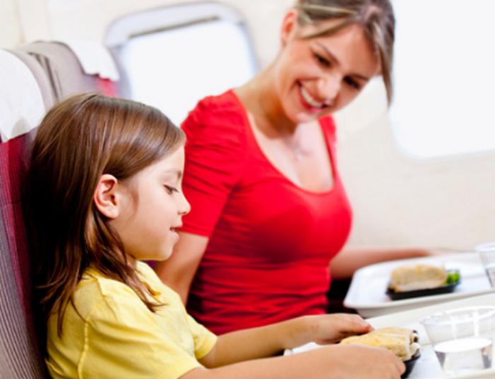 мама с дочкой в самолете едят