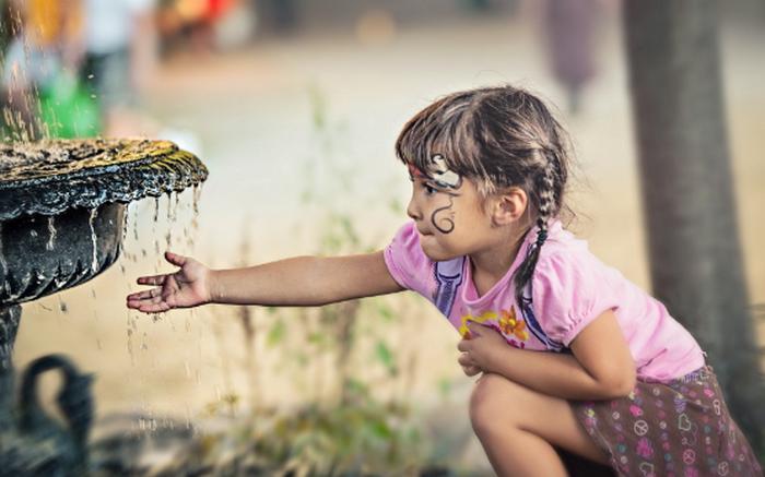 девочка возле фонтана