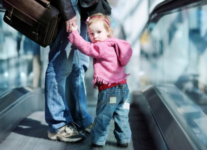 ребенок держит за руку маму
