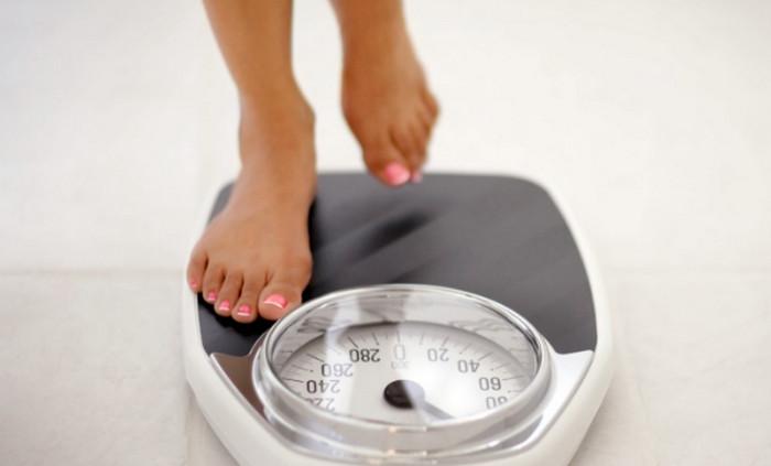 девушка стоит на весах