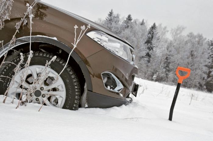 увязшая в снегу машина