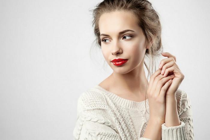 девушка с накрашенными губами