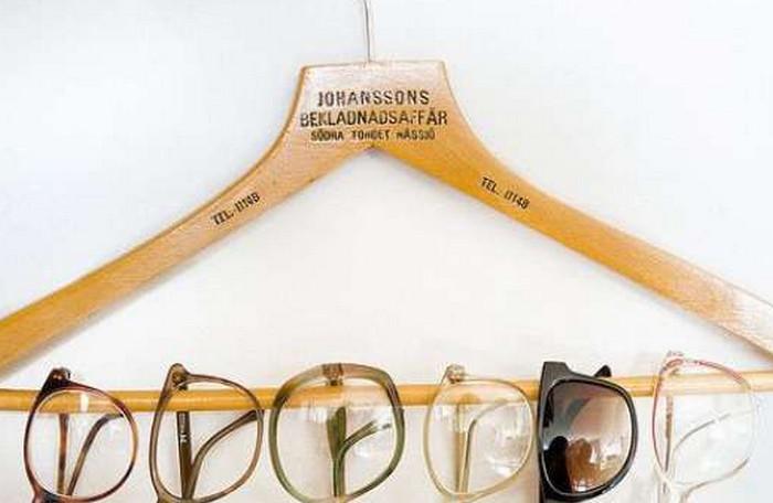 очки на вешалке