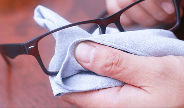 протирает очки