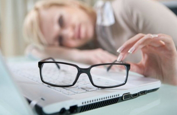 очки лежат на ноутбуке