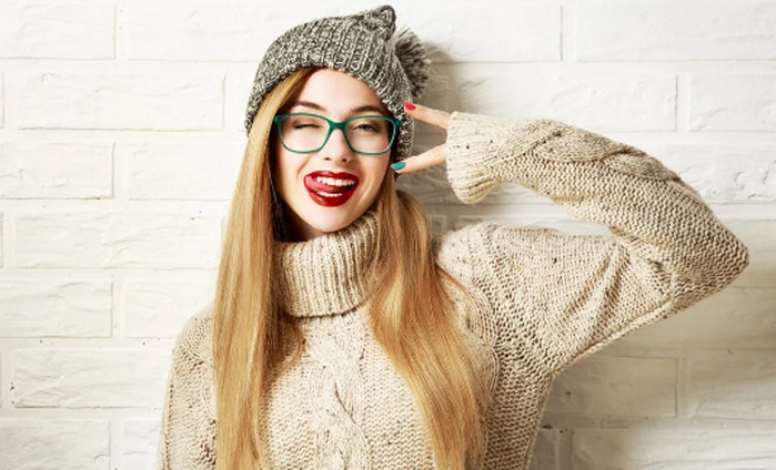 девушка в очках и с красной помадой