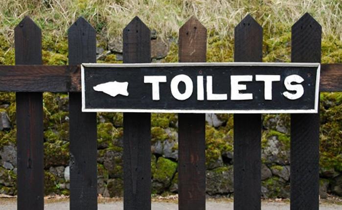 надпись туалет