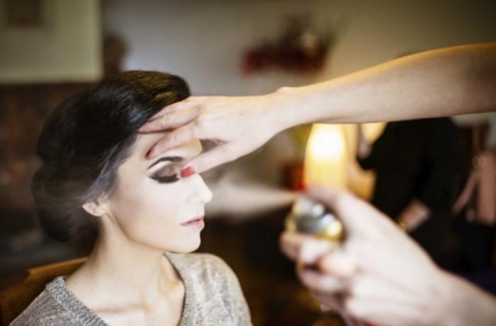 фиксирует макияж лаком