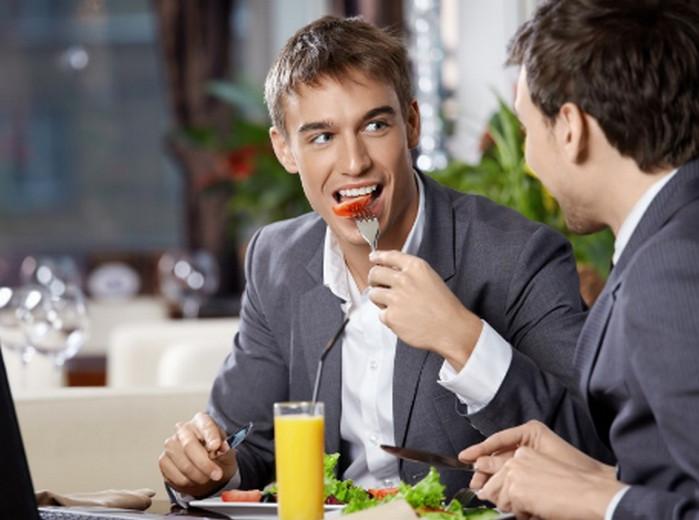 парни едят и разговаривают