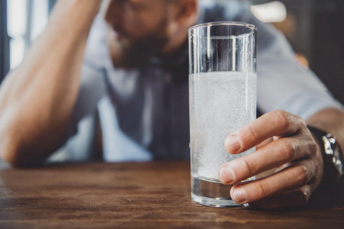 шипучий аспирин в стакане