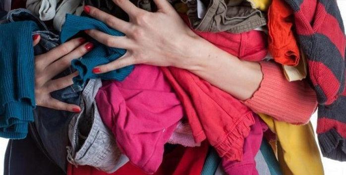 ворох одежды в руках