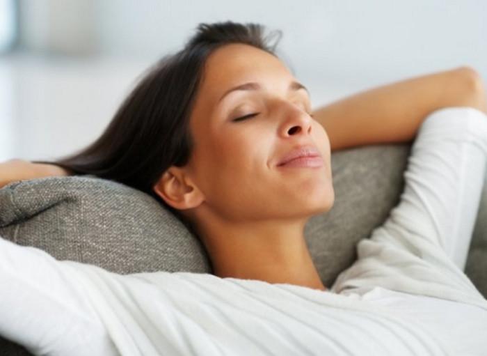 женщина отдыхает на диване