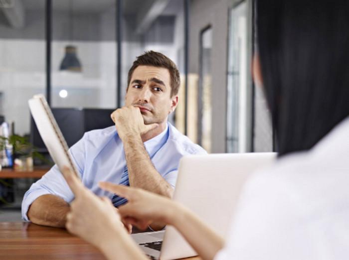 девушка общается со своим начальником